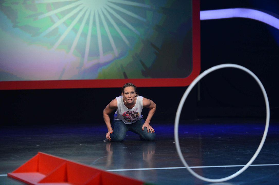 Zum ersten Mal kommt es beim Schlagabtausch mit Prominenz zum Aufeinandertreffen zweier Frauen: Die kickboxende Schönheit Dr. Christine Theiss trit... - Bildquelle: Willi Weber ProSieben