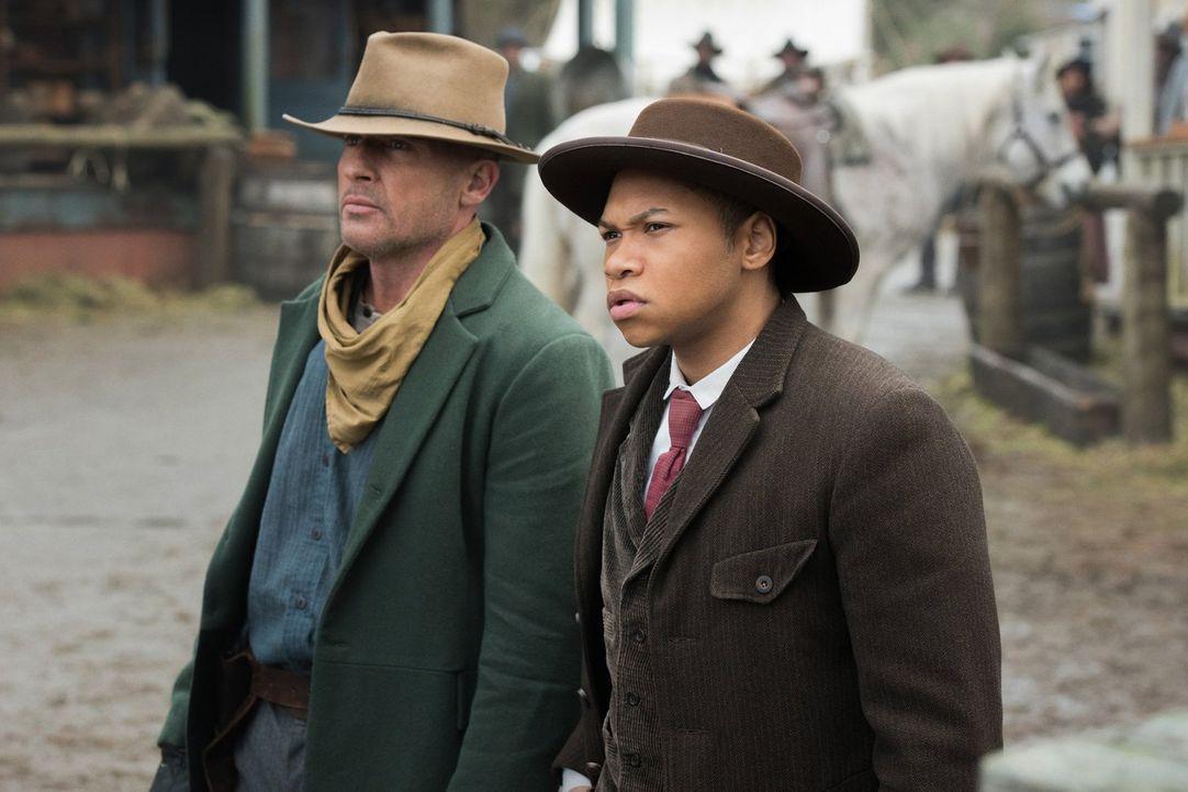 Während Mick (Dominic Purcell, l.), Jax (Franz Drameh, r.) und der Rest der Männer Jagd auf eine Gangsterbande machen, erhält Kendra eine ernüchtern... - Bildquelle: 2015 Warner Bros.