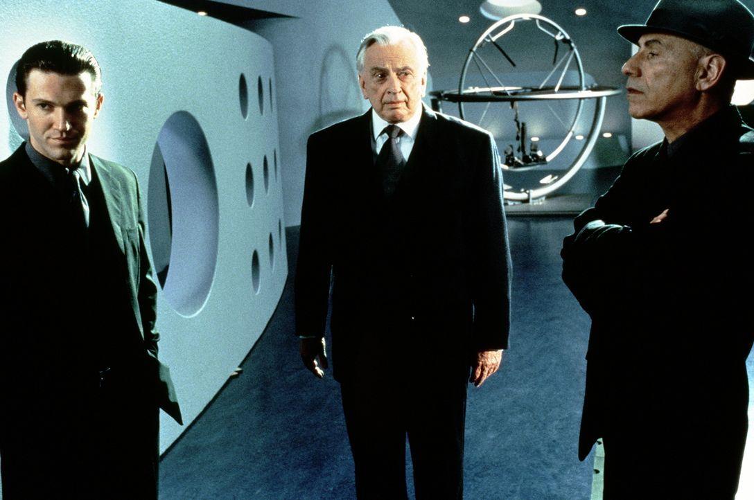 Als ein Mord passiert, verhören die Sicherheitsorgane des Polizeistaates, die Detektive Anton (Loren Dean, l.) und Hugo (Alan Arkin, r.), nicht nur... - Bildquelle: Columbia Pictures