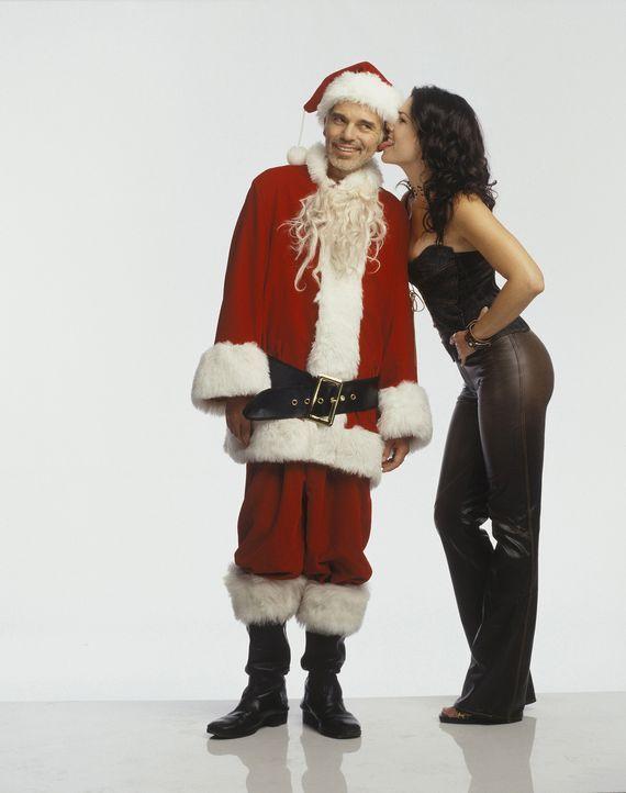 Gesucht und gefunden: Kaufhaus-Weihnachtsmann Willie T. Stokes (Billy Bob Thornton, l) und Barkeeperin Sue (Lauren Graham, r.) mit Vorliebe für Wei... - Bildquelle: 2006 Sony Pictures Television International.