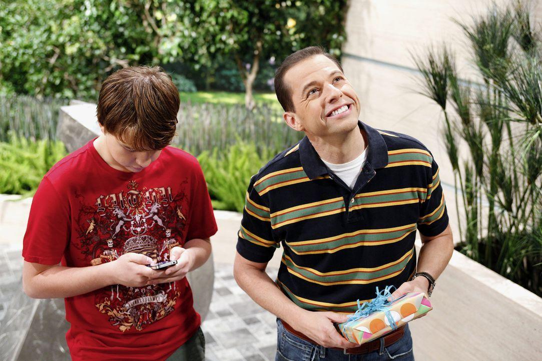 Nachdem Charlie Jake (Angus T. Jones, r.) sein Date vermasselt hat, ist dieser wütend und verspricht, sich zu rächen. Da kommt der Geburtstag sein... - Bildquelle: Warner Bros. Television