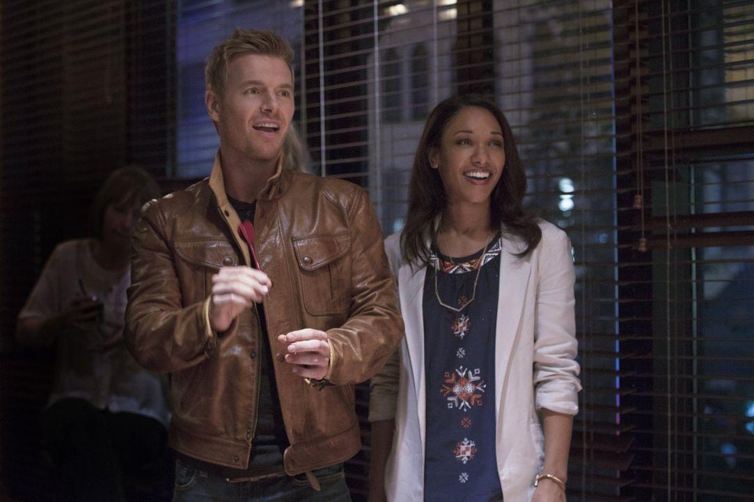 Sind glücklich miteinander: Iris (Candice Patton, r.) und Eddie (Rick Cosnett, l.) ... - Bildquelle: Warner Brothers.