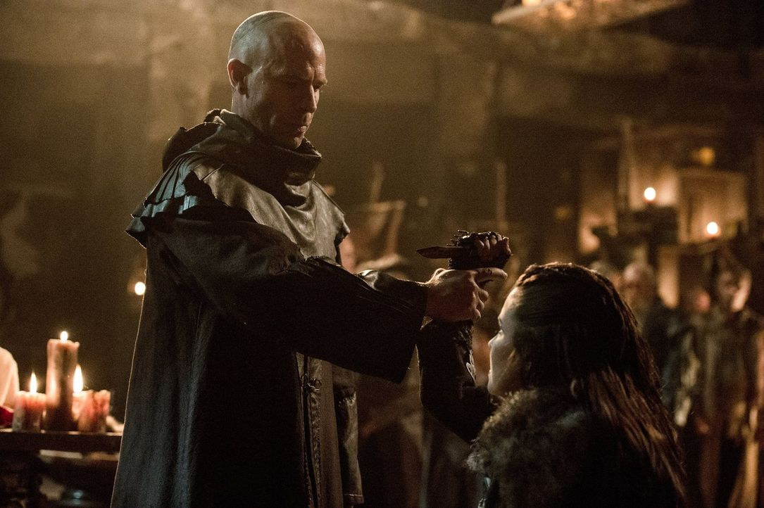 Noch ahnt Titus (Neil Sandilands, l.) nicht, wie weit Ontari (Rhiannon Fish, r.) gehen wird, um den Thron an sich zu reißen ... - Bildquelle: 2014 Warner Brothers