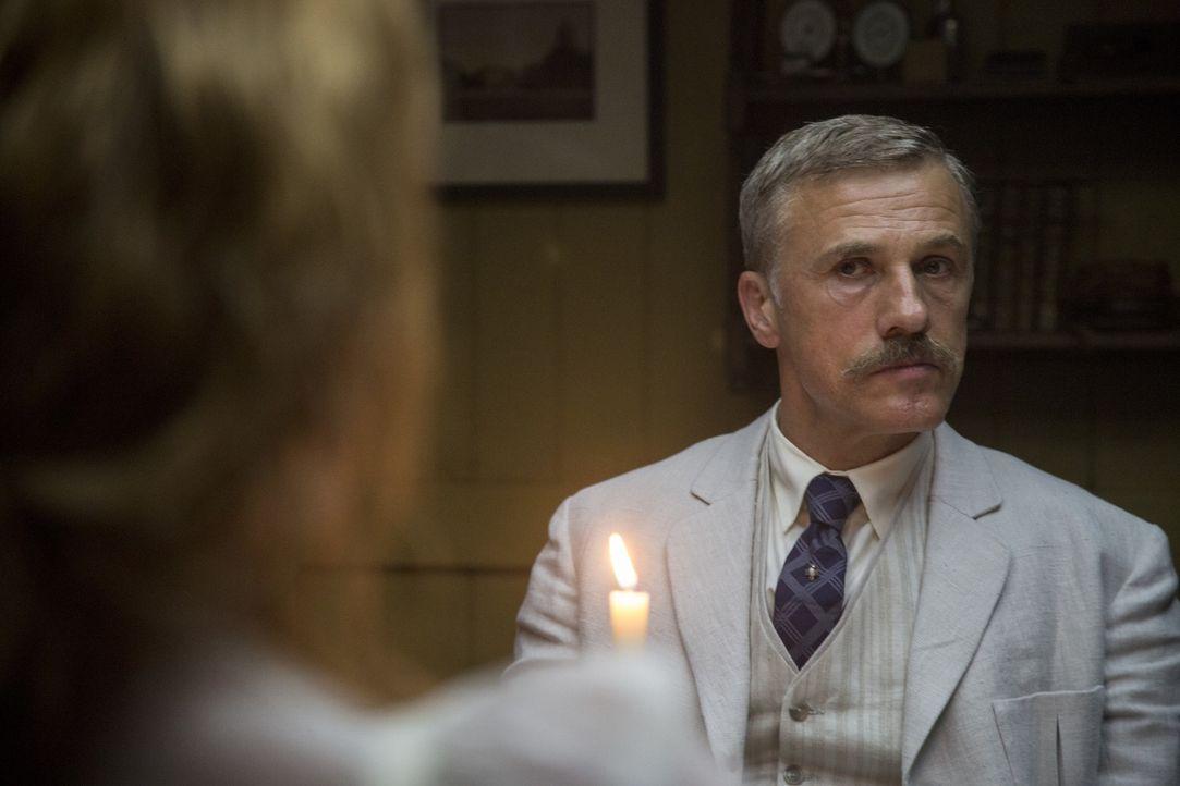 Leon Rom (Christoph Waltz) - Bildquelle: Warner Bros.