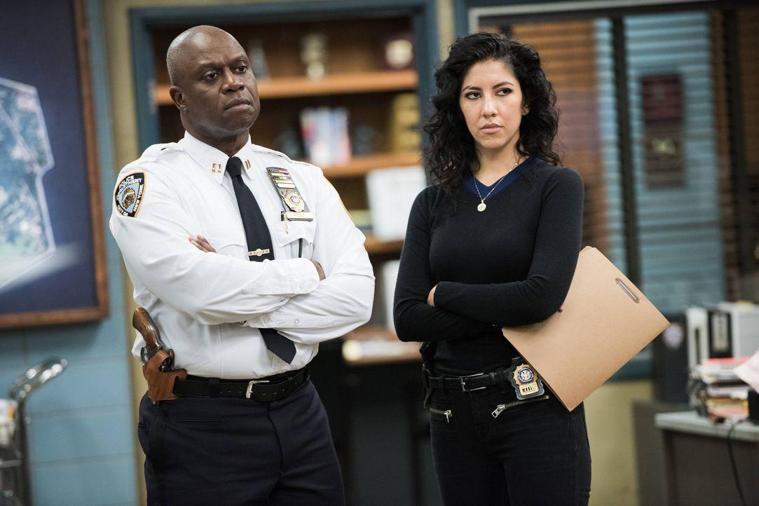 Captain Ray Holt (Andre Braugher, l.); Rosa Diaz (Stephanie Beatriz, r.) - Bildquelle: Eddy Chen 2014 UNIVERSAL TELEVISION LLC. All rights reserved / Eddy Chen