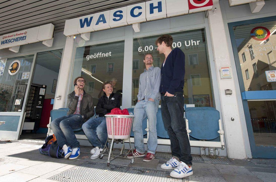 Joko Winterscheidt (l.) und Klaas Heufer-Umlauf (2.v.l.) gehen mit versteckter Kamera auf Mission ... - Bildquelle: ProSieben