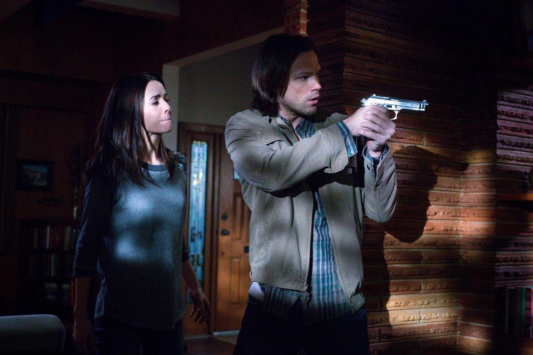 Nachdem Sam und Dean erkannt haben, warum ehemals ehrenwerte Soldaten scheinbar wahllos töten, versucht Sam (Jared Padalecki, r.), die Frau eines So... - Bildquelle: 2016 Warner Brothers