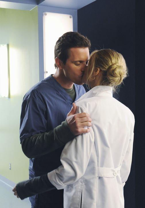 Finden sich toll: Drew (Michael Mosley, l.) und Denise (Eliza Coupe, r.) ... - Bildquelle: Touchstone Television