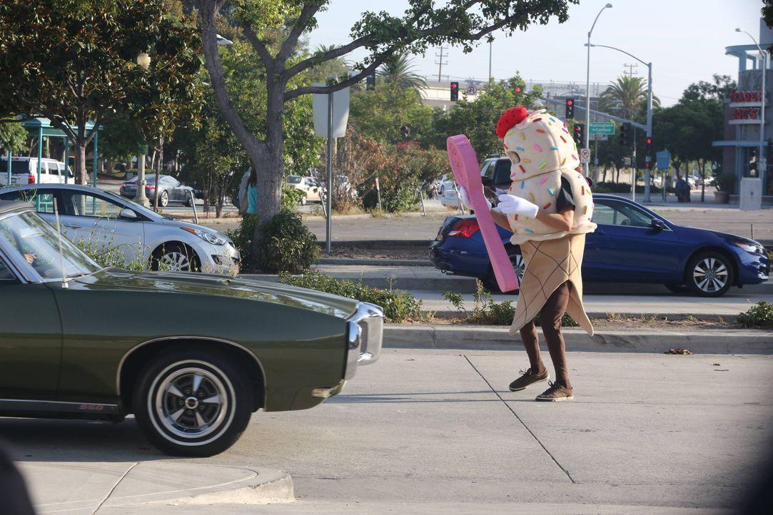 Eigentlich sollte Julian (Jon Dore) Elaine beim Suchen der Autoschlüssel helfen, doch sein Job verlangt ihm einiges ab ... - Bildquelle: 2013 American Broadcasting Companies. All rights reserved.