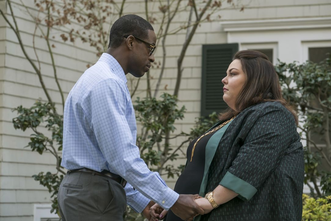 Auf der Abschiedsfeier für William, Randalls (Sterling K. Brown, l.) leiblichem Vater, kommen bei Kate (Chrissy Metz, r.) die Erinnerungen an ihren... - Bildquelle: Ron Batzdorff 2016-2017 Twentieth Century Fox Film Corporation.  All rights reserved.   2017 NBCUniversal Media, LLC.  All rights reserved.