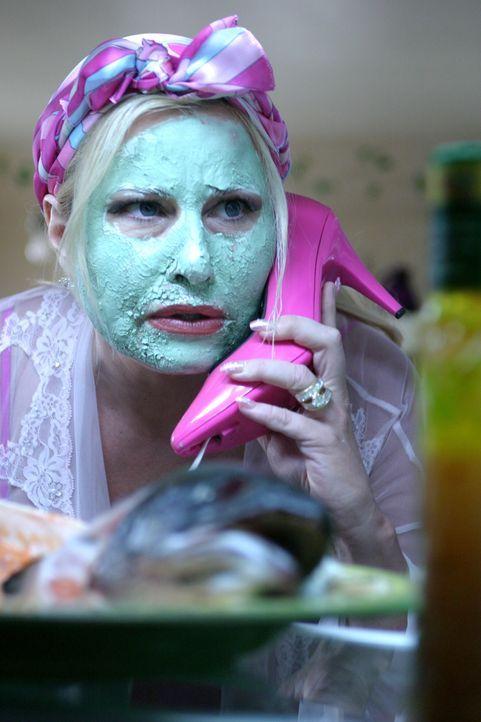 """Die """"böse Stiefmutter"""" Fiona (Jennifer Coolidge) hat mal wieder eine äußerst wichtige Aufgabe für Sam … - Bildquelle: Warner Bros."""