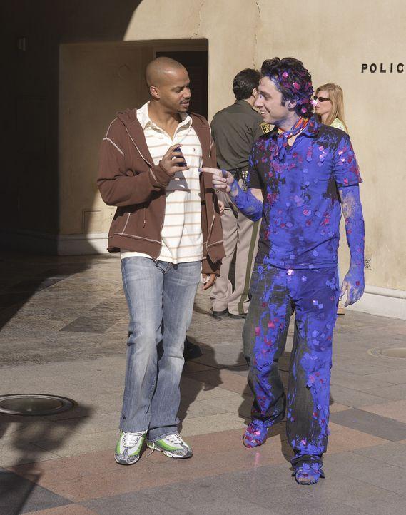 Turk (Donald Faison, l.) holt den blauen J.D. (Zach Braff, r.) von der Polizeiwache ab ... - Bildquelle: Touchstone Television