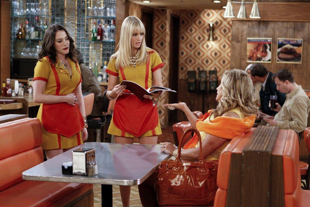 Hoher Besuch bei Max (Kat Dennings, l.) und Caroline (Beth Behrs, M.): Sophie Kachinsky (Jennifer Coolidge, r.) ... - Bildquelle: Warner Brothers