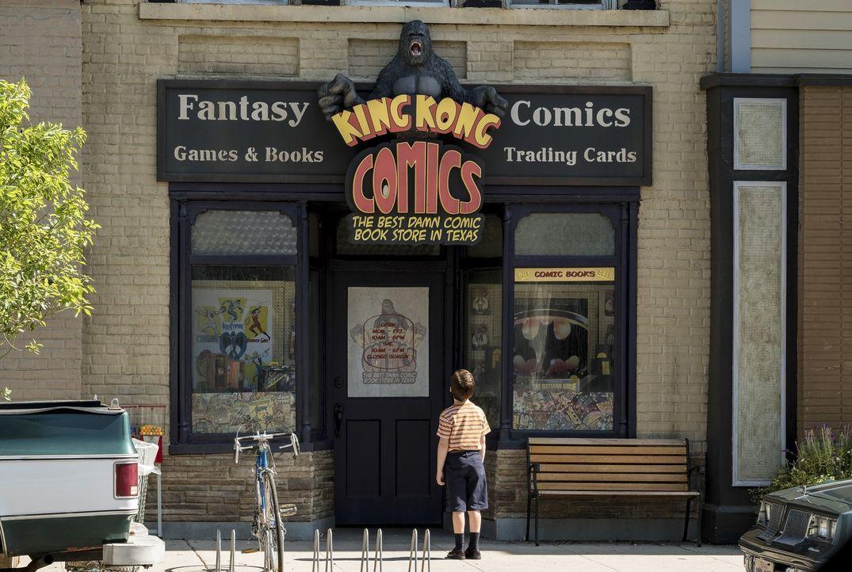 Sheldon (Iain Armitage) entdeckt die Welt der Comicbücher für sich - eine Entdeckung, die sein Leben verändern könnte ... - Bildquelle: Warner Bros.