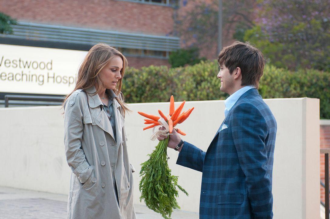 Nach und nach verliebt sich Adam (Ashton Kutcher, r.) in Emma (Natalie Portman, l.), doch wie soll er ihr das beibringen, ohne ihre Freundschaft auf... - Bildquelle: Dale Robinette 2011 DW Studios LLC. All Rights Reserved.