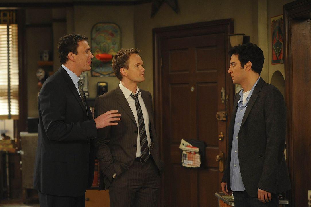 Ted (Josh Radnor, r.) findet heraus, dass er von Marshall (Jason Segel, l.) und Barney (Neil Patrick Harris, M.) seit Wochen belogen wurde und ist e... - Bildquelle: 20th Century Fox International Television