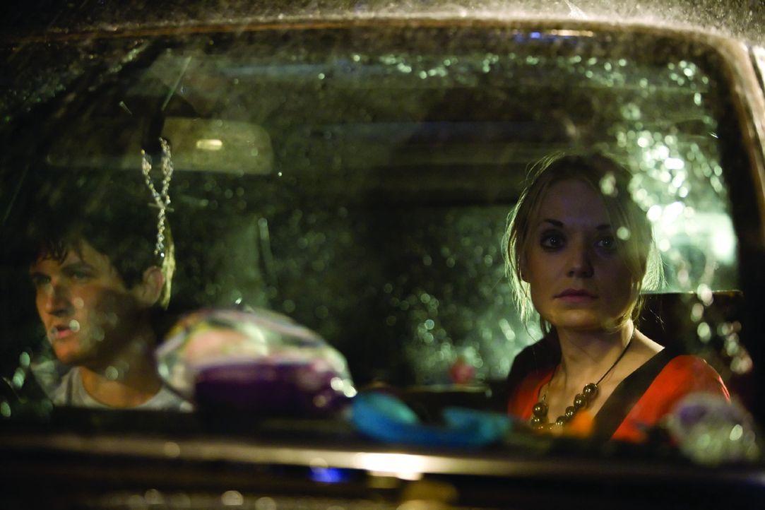 Während einer nächtlichen, verregneten Autobahnfahrt müssen Zakes (Will Ash) und seine Freundin Beth (Christine Bottomley) sehen, wie ein blutver...