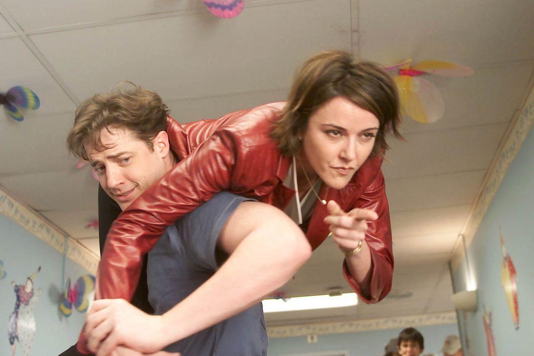 Jordan Sullivan (Christa Miller Lawrence, r.) kann nicht fassen, das ihr Bruder Ben (Brendan Fraser, l.) an Leukämie erkrankt ist ... - Bildquelle: Touchstone Television