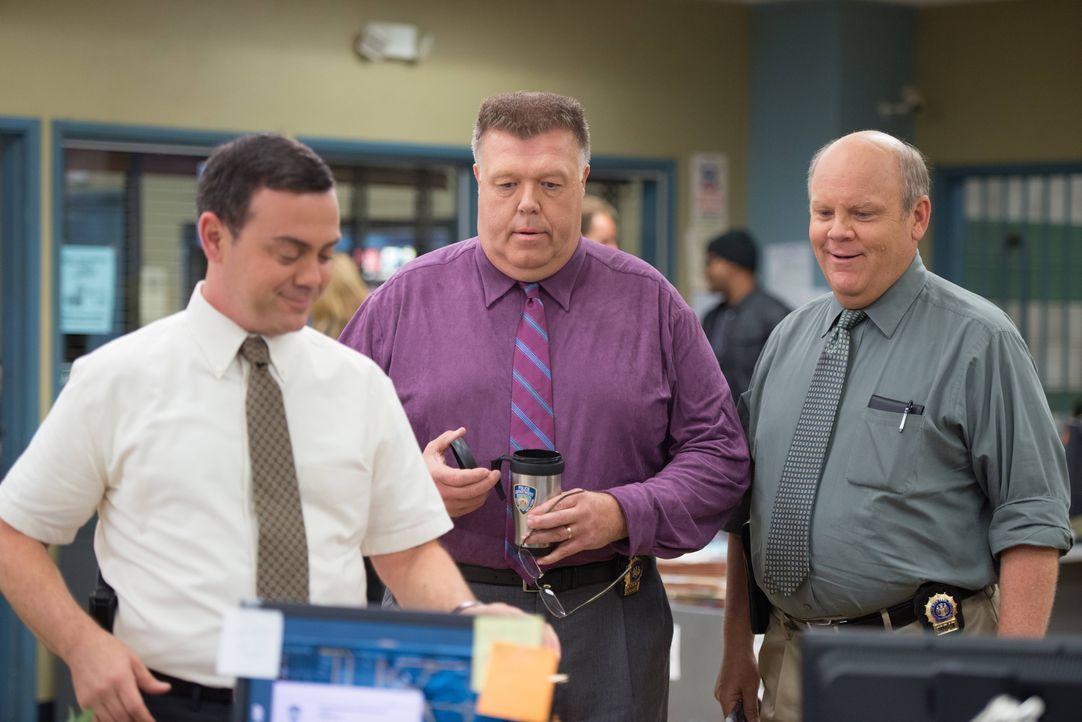 (v.l.n.r.) Charles Boyle (Joe Lo Truglio); Scully (Joel McKinnon Miller); Hitchcock (Dirk Blocker) - Bildquelle: Eddy Chen 2013 NBC Studios LLC. All Rights Reserved. / Eddy Chen