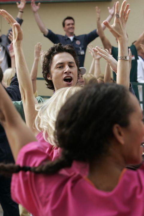 J.D. (Zach Braff) und die restliche Belegschaft fühlt sich wie in einem Musical ... - Bildquelle: Touchstone Television