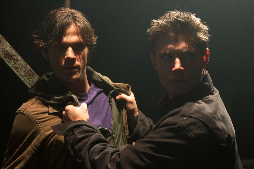 Die zwei Brüder Dean (Jensen Ackles, r.) und Sam (Jared Padalecki, l.) Winchester müssen in jungen Jahren mit ansehen, wie ihre Mutter auf mysteri... - Bildquelle: Warner Bros. Television