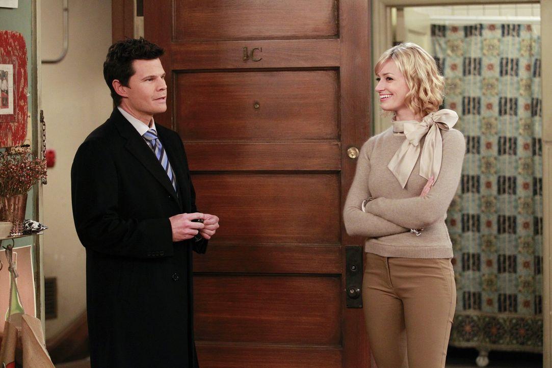 Der gutaussehende Geschäftsmann Owen (Ian Reed Kesler, l.) bringt Caroline (Beth Behrs) und Max ihre entlaufene Katze zurück ... - Bildquelle: Warner Bros. Television