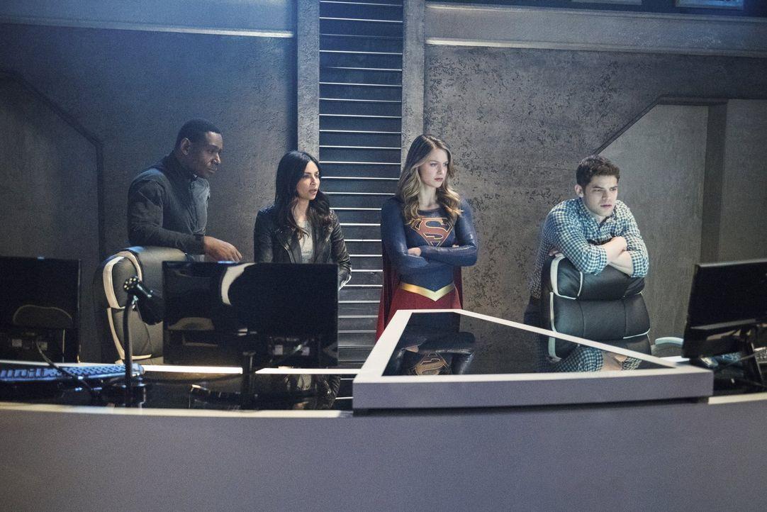 Als Alex entführt wurde, halten Kara (Melissa Benoist, 2.v.r.), Maggie (Floriana Lima, 2.v.l.), J'onn (David Harewood, l.) und Winn (Jeremy Jordan,... - Bildquelle: 2016 Warner Brothers