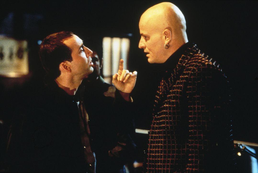 Weil FBI-Agent Sean Archer (Nicolas Cage, l.) in die Haut seines Urfeindes Castor Troy schlüpft, erhält er ungeahnte Informationen aus der Unterwelt... - Bildquelle: Touchstone Pictures