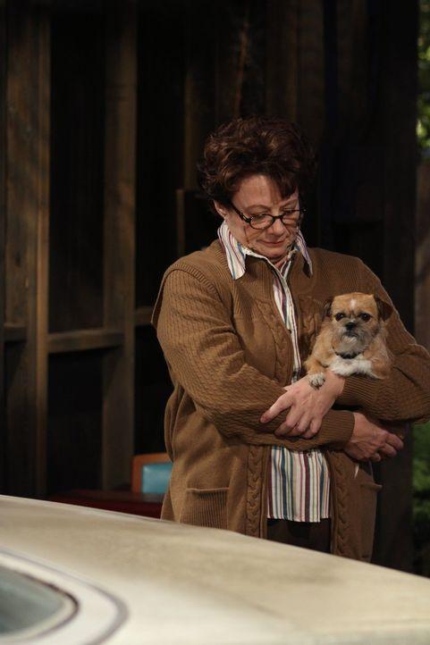 Findet die Entscheidung von Molly und Mike, zusammenzuziehen, überstürzt: Peggy (Rondi Reed) ... - Bildquelle: Warner Brothers