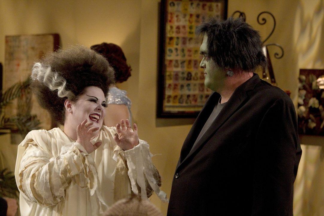 Ein ganz besonderes Halloweenfest: Mike (Billy Gardell, r.) mit Molly (Melissa McCarthy, l.) ... - Bildquelle: Warner Brothers
