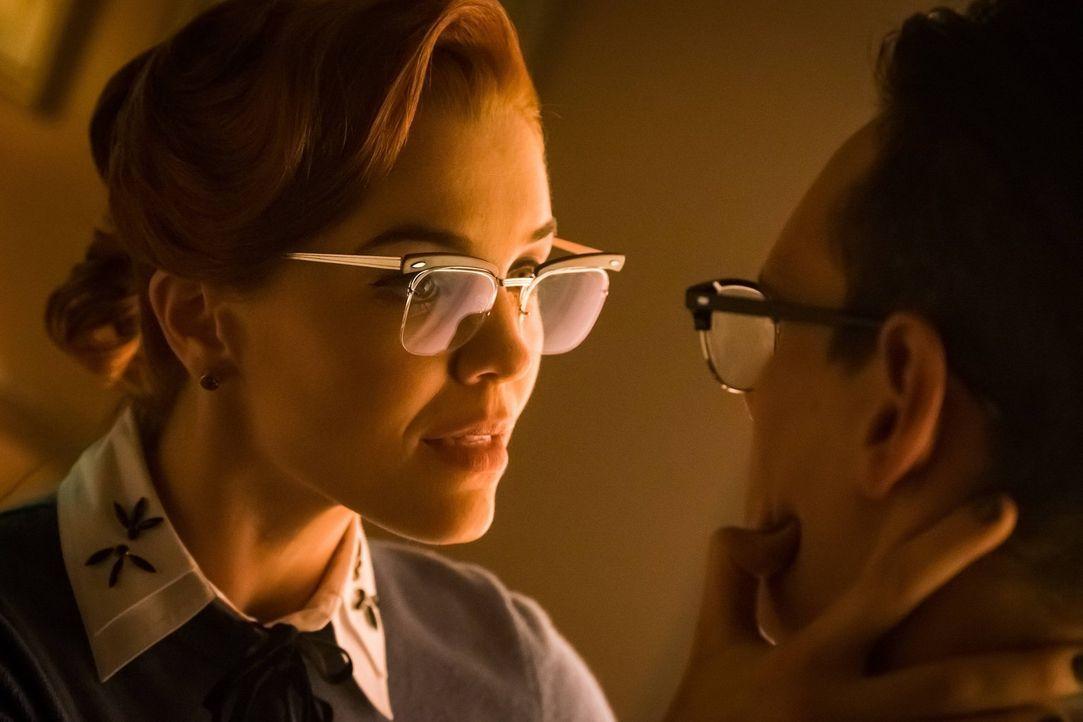 Ed (Cory Michael Smith, r.) möchte seine Beziehung zu Isabella beenden, damit sie in Sicherheit ist. Doch dann erscheint ihm Kristen Kringle (Chelse... - Bildquelle: Warner Brothers