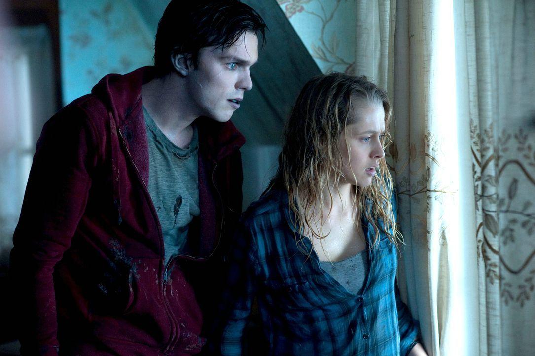 Getrieben von dem Wunsch, Julie (Teresa Palmer, r.) wiederzusehen, fasst Zombie R (Nicholas Hoult, l.) den Plan, sich in die Stadt einzuschleichen.... - Bildquelle: 2013 Concorde Filmverleih GmbH
