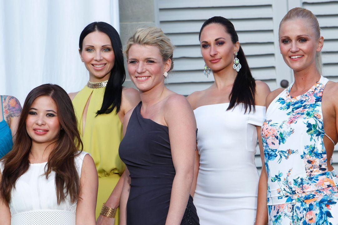 Die Damen erwarten voller Spannung die Herren, nicht wissend, wer von den dreien der wahre Millionär ist ... - Bildquelle: Richard Hübner ProSieben