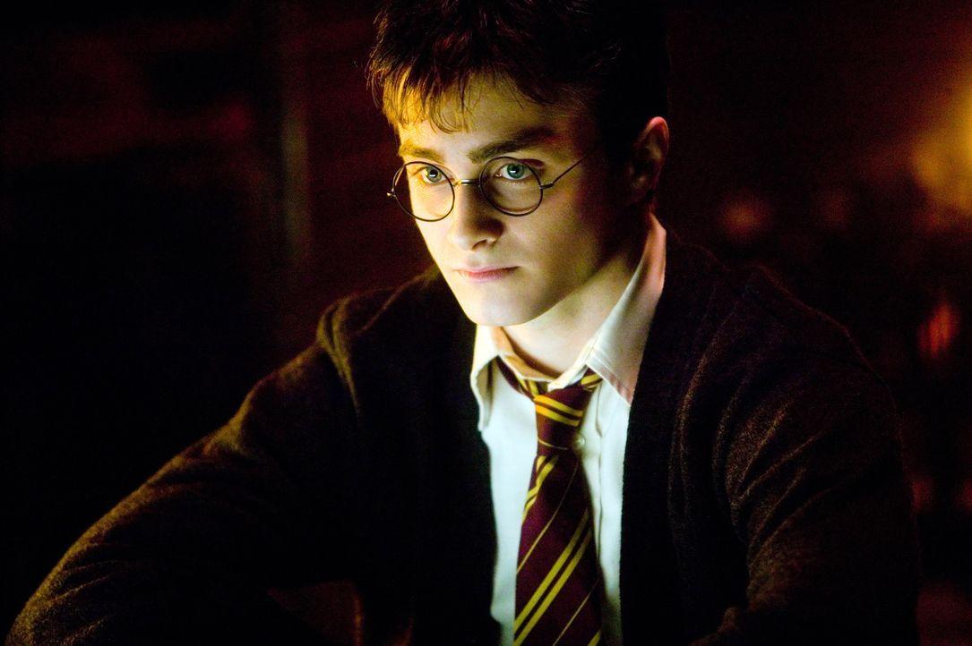 Obwohl Harry Potter (Daniel Radcliffe) dabei war, wie Lord Voldemort wieder auferstanden ist, will das Zauber-Ministerium ihm und Hogwarts-Direktor... - Bildquelle: Warner Brothers International