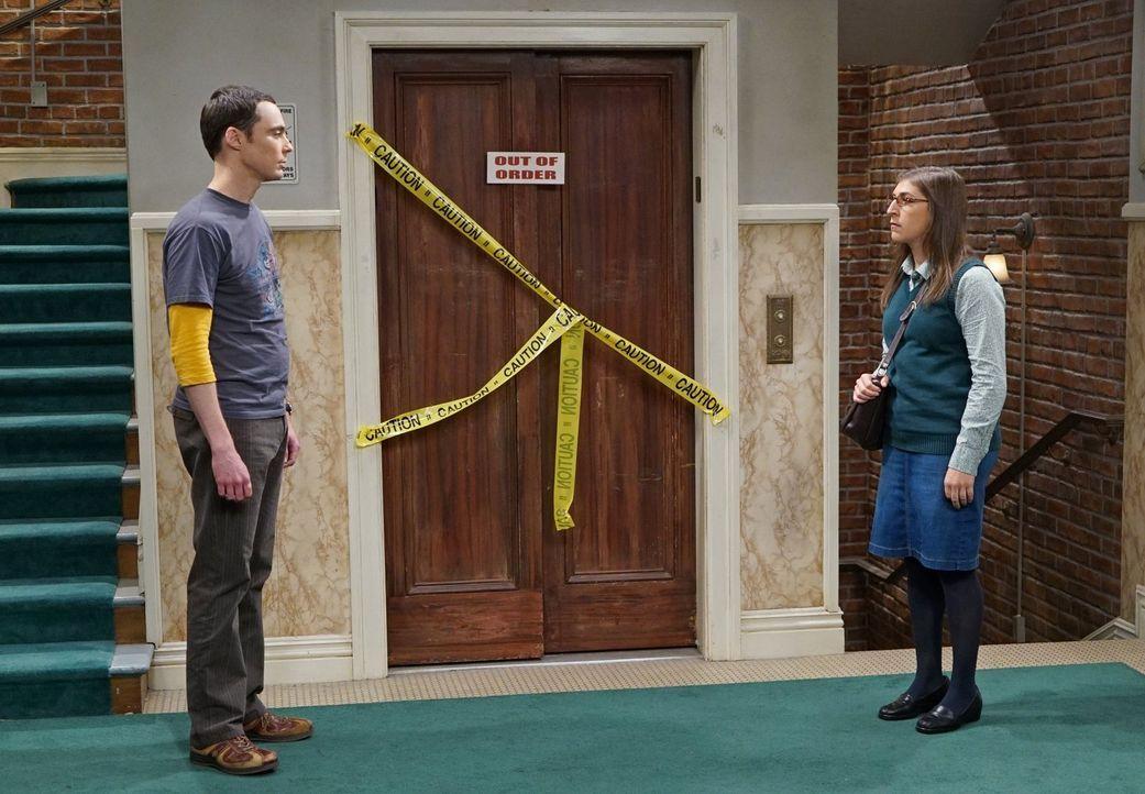 Sie wird von Kirpke und Stuart auf ein Date eingeladen, während er versucht, mit anderen Frauen anzubandeln: Doch am Ende stehen sich Sheldon (Jim P... - Bildquelle: 2015 Warner Brothers