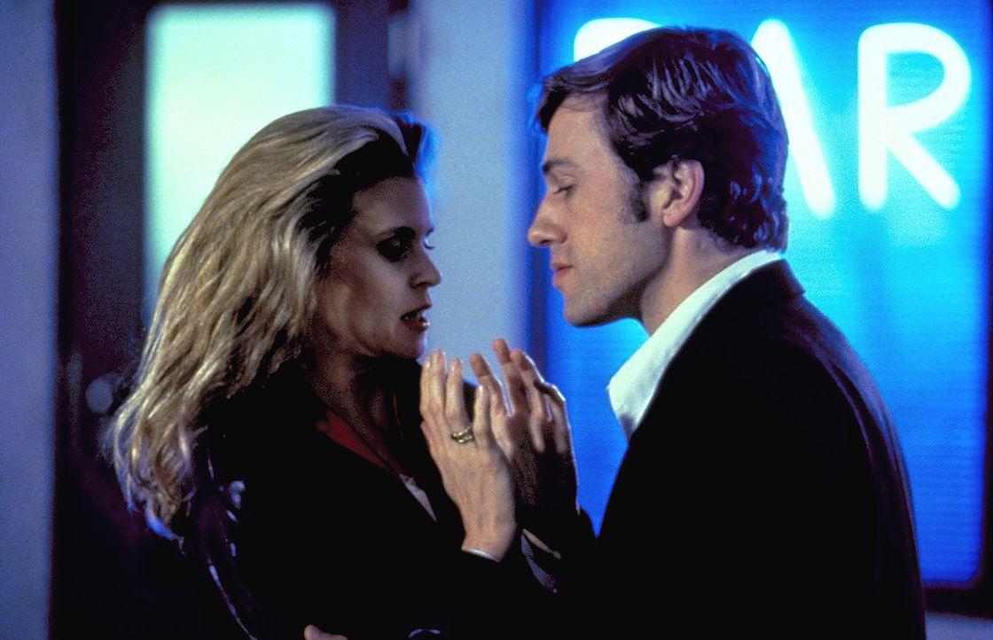 """Geschickt macht sich der Serienmörder """"Der Tourist"""" (Christoph Waltz, r.) an Karen Lanz (Leslie Malton, l.), die Ehefrau des ermittelnden Kommissar... - Bildquelle: ProSieben"""