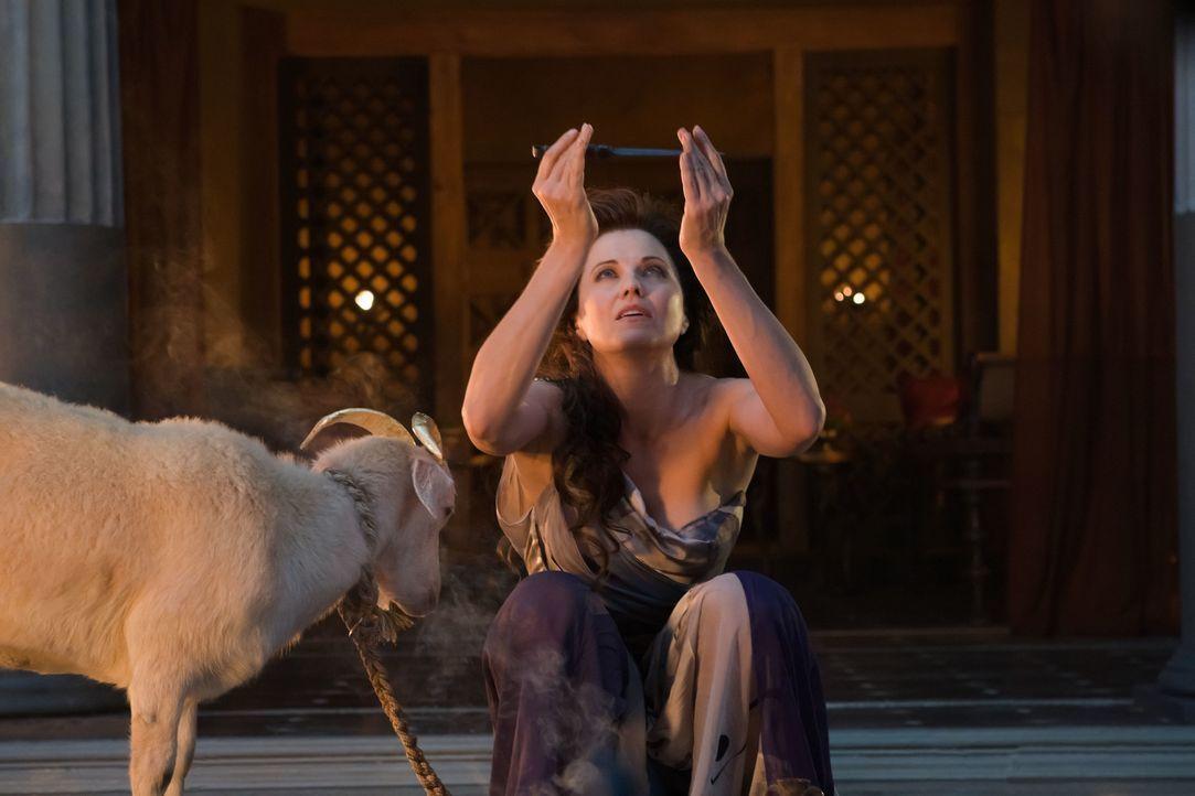 Opfert eine Ziege und rettet damit Dragos Leben: Lucretia (Lucy Lawless) ... - Bildquelle: 2011 Starz Entertainment, LLC. All rights reserved.