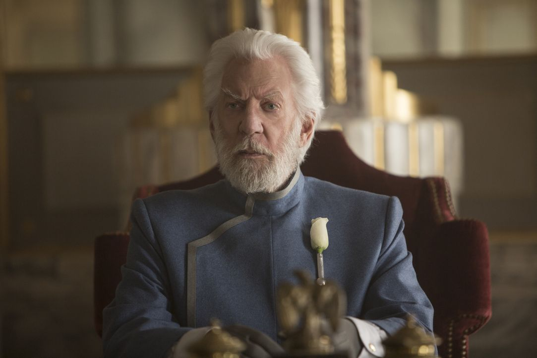 Der Aufstand der Plebejer von Distrikt 13 ist von Diktator Snows (Donald Sutherland) Truppen vor Jahren rücksichtslos niedergeschlagen worden. Doch... - Bildquelle: Murray Close TM &   2015 Lions Gate Entertainment Inc. All rights reserved.