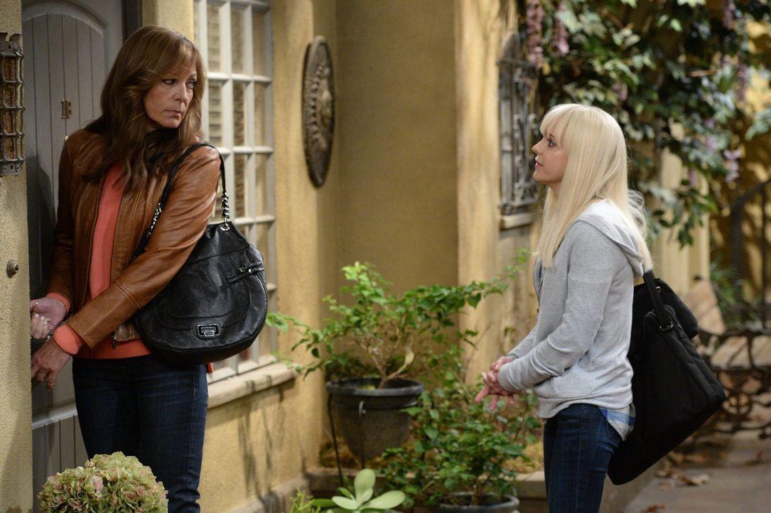 Sie helfen einer ehemaligen Drogenabhängigen wieder auf die Beine zu kommen: Christy (Anna Faris, r.) und Bonnie (Allison Janney, l.) ... - Bildquelle: 2015 Warner Bros. Entertainment, Inc.