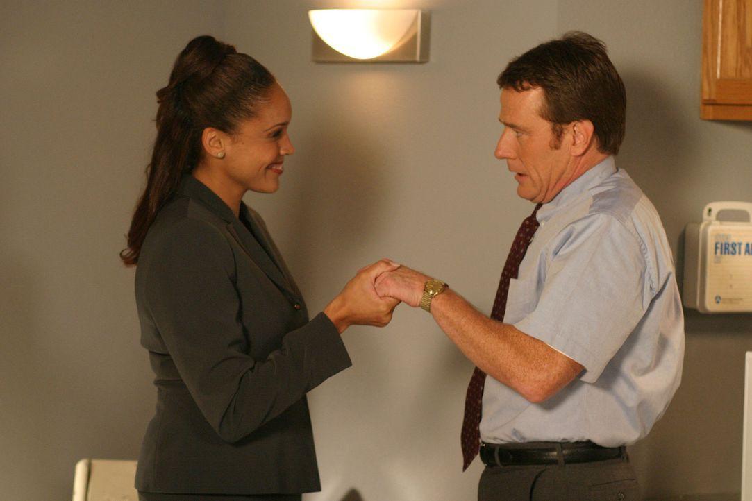 Auf Anraten von Lois hin, flirtet Hal (Bryan Cranston, r.) mit seiner neuen Abteilungsleiterin Nell (Nikki Crawford, l.) um sich bei ihr beliebt zu... - Bildquelle: TM +   2000 Twentieth Century Fox Film Corporation. All Rights Reserved.