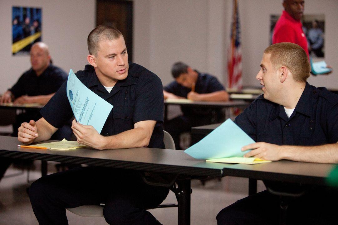 Auf der Polizeiakademie werden die ehemaligen verfeindeten Schulkameraden Schmidt (Jonah Hill, r.) und Jenko (Channing Tatum, l.) Freunde, weil ihne... - Bildquelle: TM &  2014 Metro-Goldwyn-Mayer Studios Inc. All Rights Reserved.