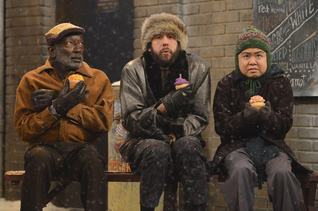 Als Earl (Garrett Morris, l.) und Han (Matthew Moy, r.) Oleg (Jonathan Kite, M.) anbieten ihm beim Umzug zu helfen, ahnen sie nicht, was auf sie zuk... - Bildquelle: Warner Bros. Television