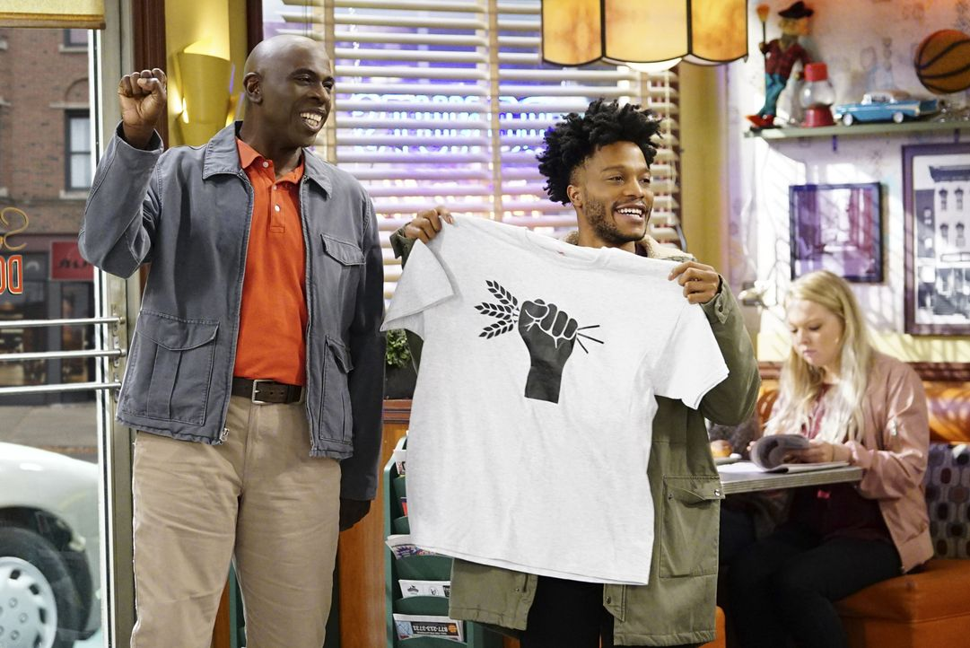 Howard (Gary Anthony Williams, l.); Franco (Jermaine Fowler, r.) - Bildquelle: Sonja Flemming 2017 CBS Broadcasting, Inc. All Rights Reserved.