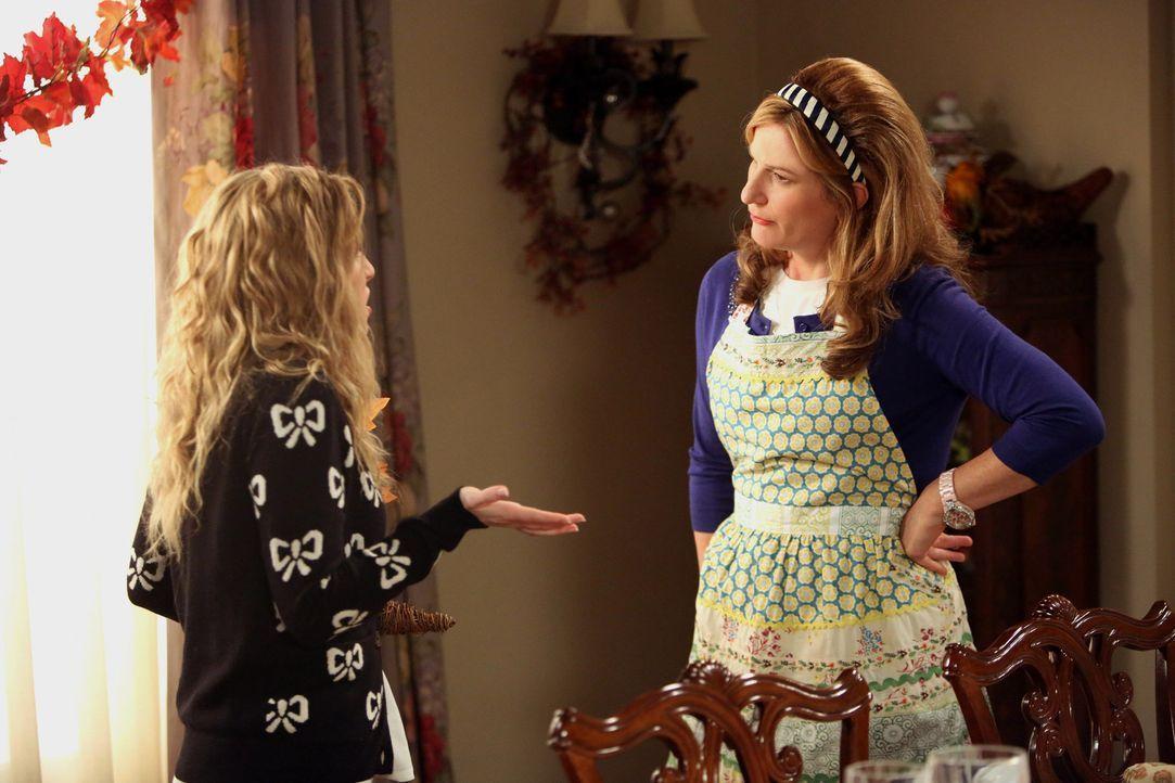 Lisa (Allie Grant, l.) ist geschockt, als sie mitbekommt, dass ihre Mutter (Ana Gasteyer, r.) Malik nackt gesehen hat ... - Bildquelle: Warner Brothers