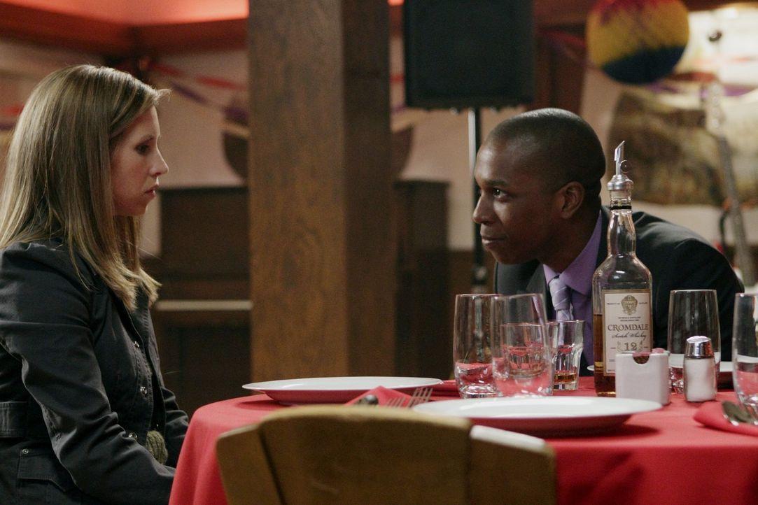 Führen nichts Gutes im Schilde: Becky (Emily Perkins, l.) und Guy (Leslie Odom Jr., r.) ... - Bildquelle: Warner Bros. Television