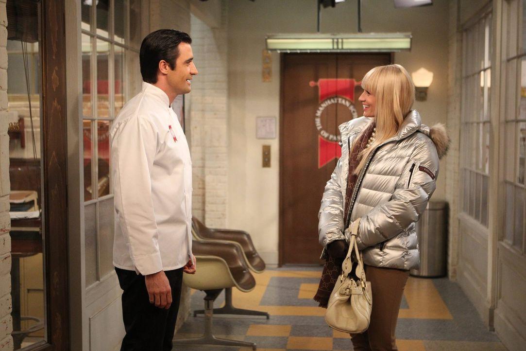 Auf das erste Zusammentreffen mit Nicolas (Gilles Marini, l.) war Caroline (Beth Behrs, r.) nicht wirklich vorbereitet. Kann das gut gehn? - Bildquelle: Warner Brothers