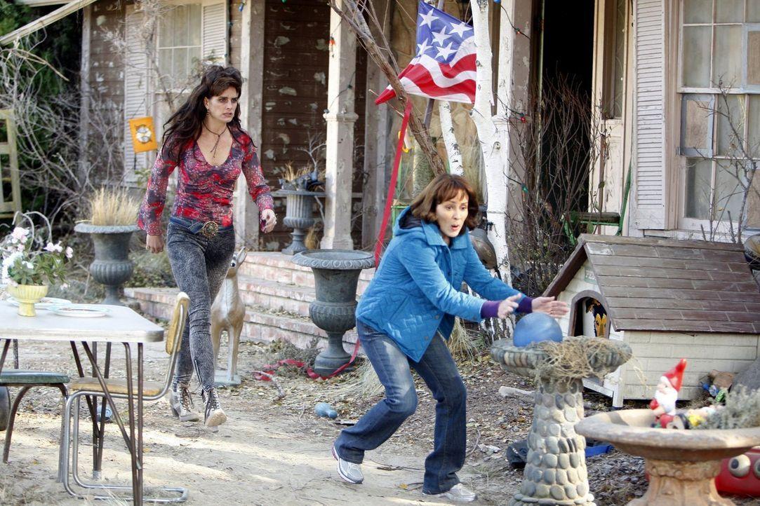 Frankie (Patricia Heaton, r.) nimmt all ihren Mut zusammen und konfrontiert ihre einschüchternde Nachbarin Rita (Brooke Shields, r.), die aber noch... - Bildquelle: Warner Brothers