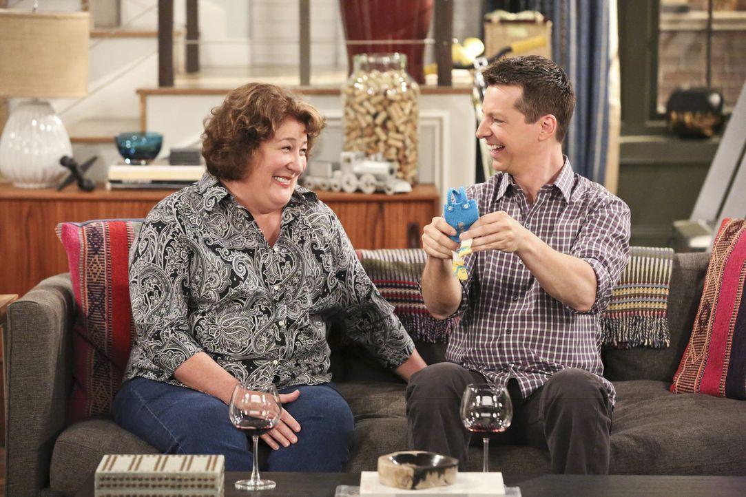 Nathans Mutter Carol (Margo Martindale, l.) sucht eine neue Bleibe - dabei lernt sie Kip (Sean Hayes, r.) kennen, der schnell ihr neuer bester Freun... - Bildquelle: 2014 CBS Broadcasting, Inc. All Rights Reserved.