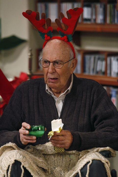 Evelyn taucht mit Marty (Carl Reiner) auf, von dem sie sich ein gutes Immobiliengeschäft erhofft, wenn sie den Weihnachtsabend mit ihm bei ihren S - Bildquelle: Warner Brothers