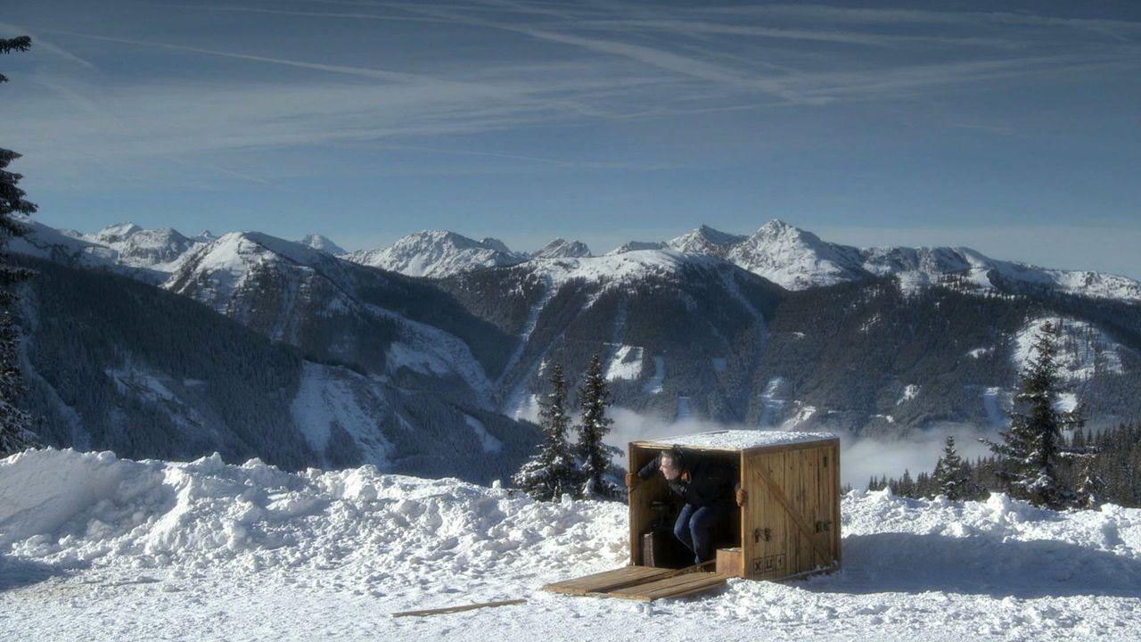 In eine Holzkiste gesperrt, wird Olli nach Schladming verfrachtet, um Antonia aus Tirol bei einem Auftritt zu unterstützen. Ohne Vorbereitung muss e... - Bildquelle: ProSieben
